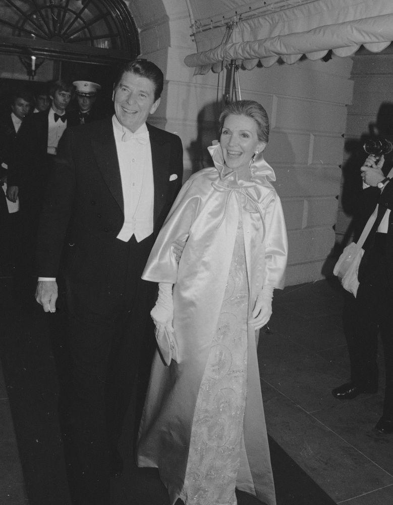 El presidente de EEUU, Ronald Reagan, junto con su esposa Nancy, antes del baile inaugural en Washington, en 1981