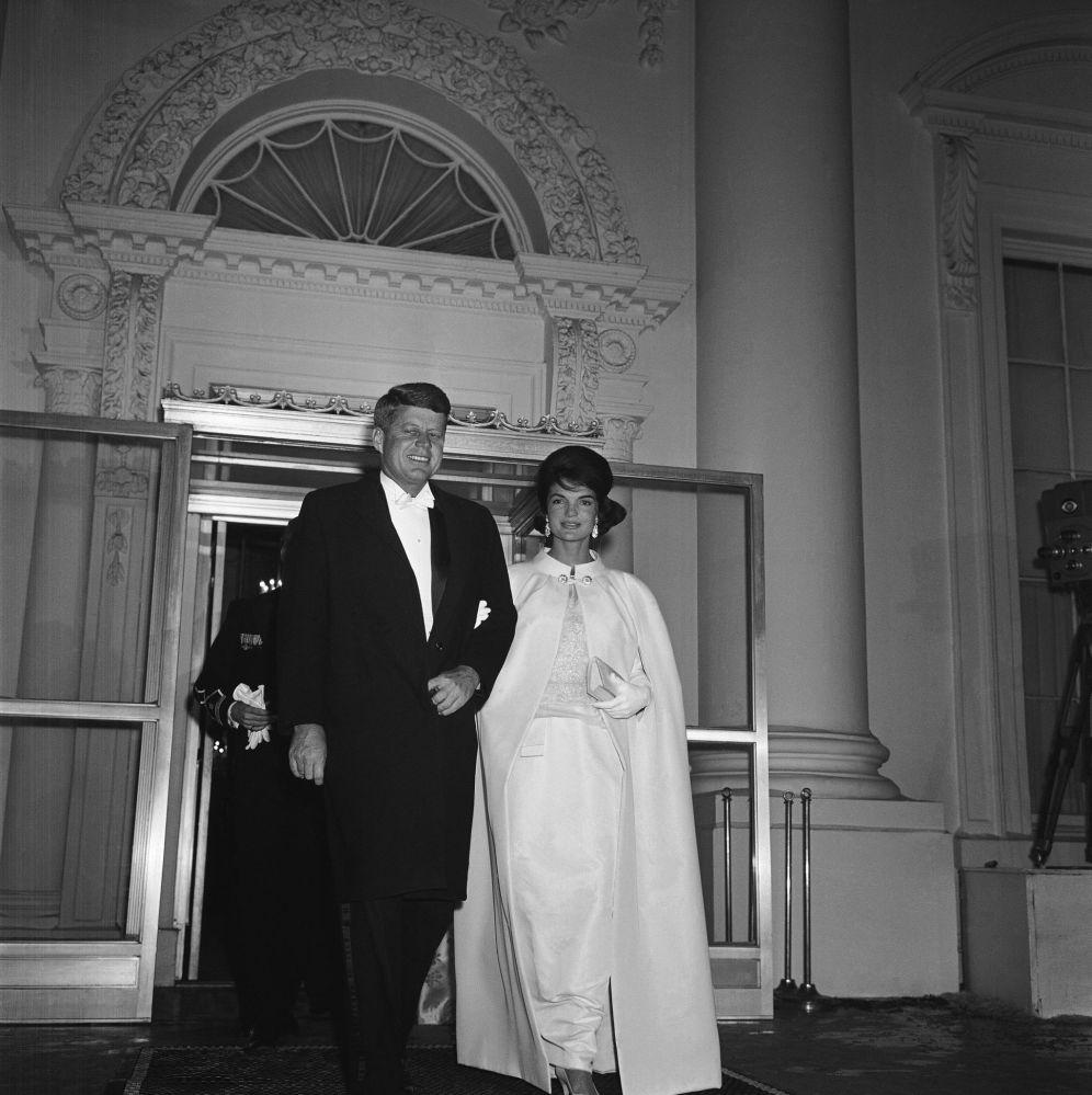 El presidente de EEUU, John F. Kennedy, y su esposa Jacqueline, antes del baile inaugural, en 1961