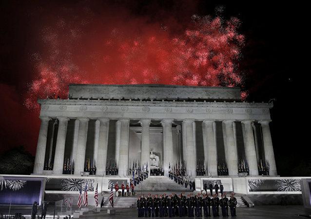 Los fuegos artificiales estallan sobre el monumento de Lincoln