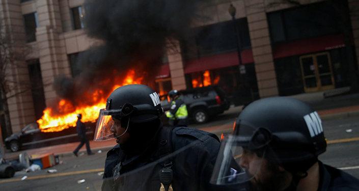 Policía durante la manifestación anti-Trump en Washington