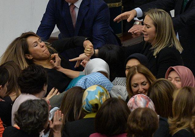 Diputadas turcas llegan a las manos en el Parlamento