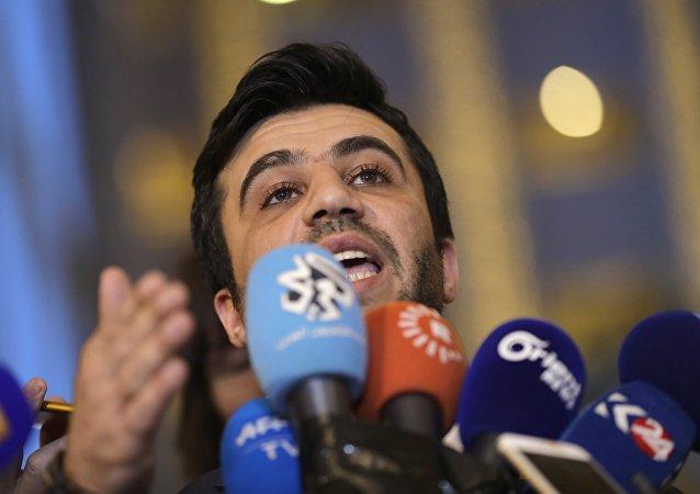 Issam El-Raees, miembo de la oposición siria, habla con periodistas tras consultas en Astaná (archivo)