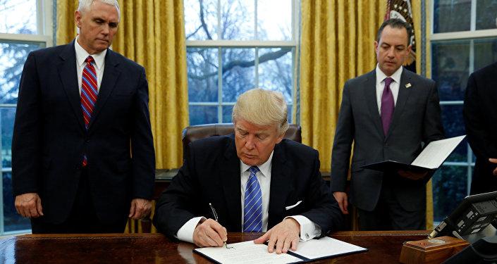 Donald Trump, presidente de EEUU, firma una orden