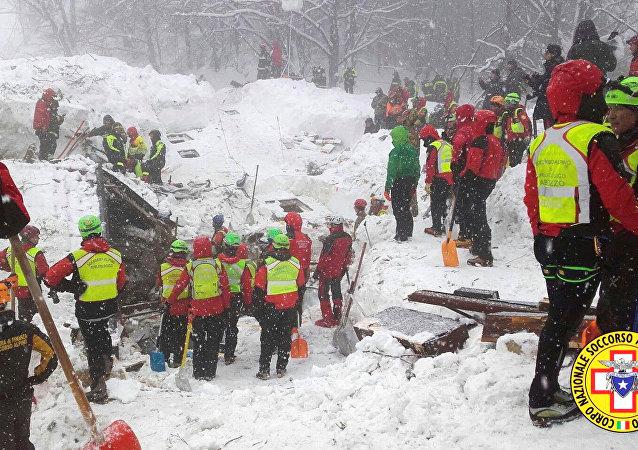 Rescatistas del Cuerpo Nacional de Socorro Alpino trabajan para liberar a los turistas atrapados en el hotel Rigopiano