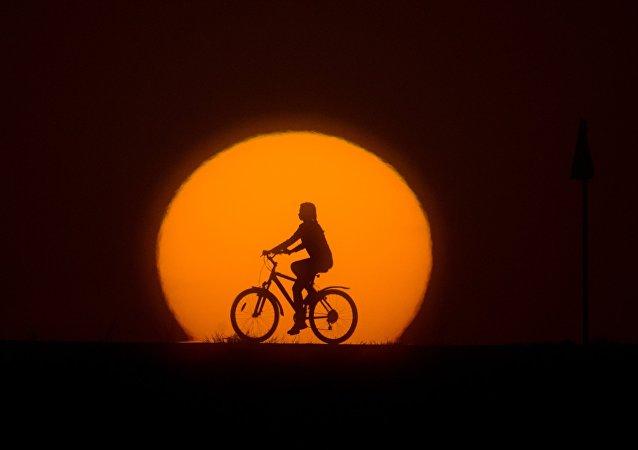 Un chino lleva un mes de viaje en bicicleta en dirección errónea (foto)