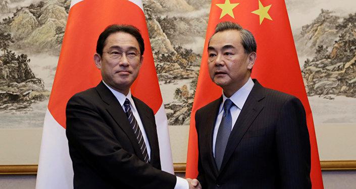 Ministro de Exteriores de Japón, Fumio Kishida, con su homólogo chino Wang Yi (archivo)