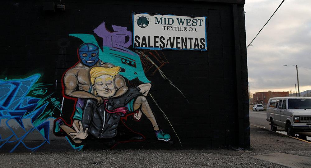 Grafiti con la imagen de Donald Trump y un luchador