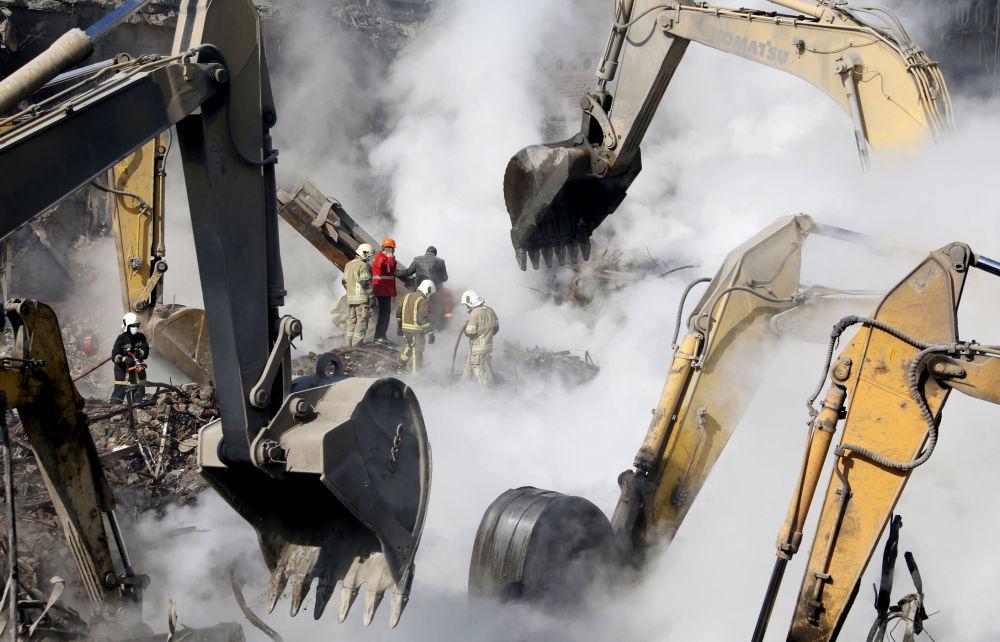 Los servicios de rescate y bomberos en el lugar del desplome del rascacielos Plasco en Teherán, Irán