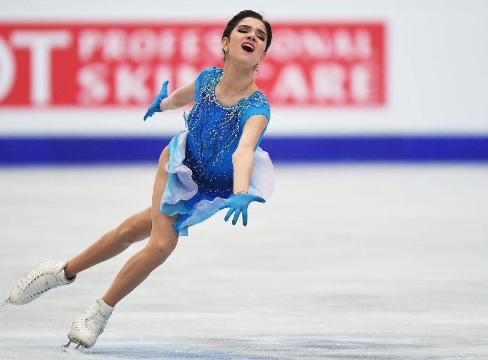Evguenia Medvédeva (Rusia) actúa con su programa corto durante la competición de patinaje artístico de mujeres en el Campeonato de Europa en Ostrava, República Checa