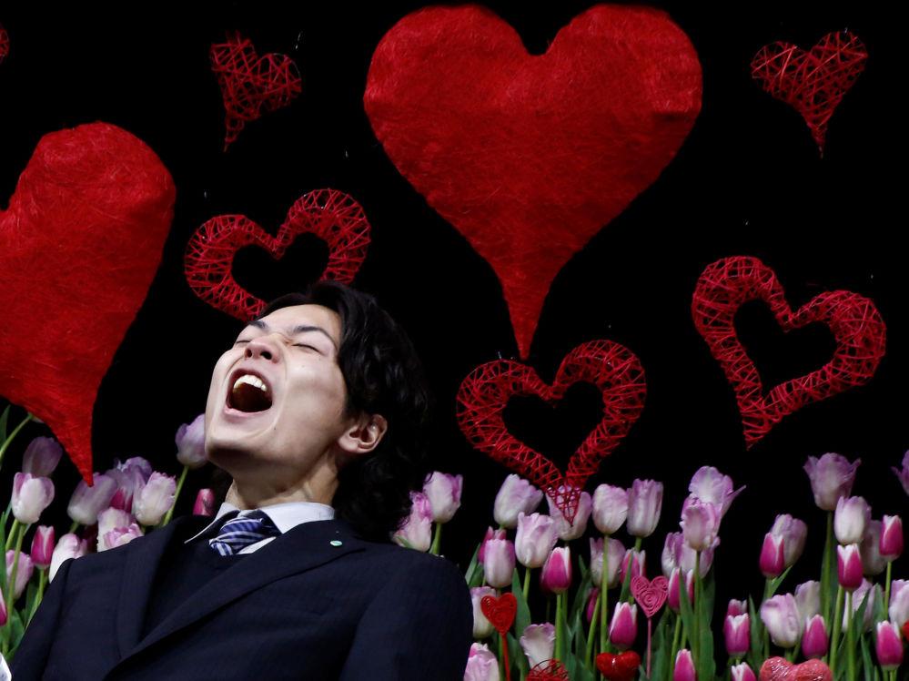 La fiesta japonesa 'Día de amor a la esposa'. Los maridos declaran amor a sus mujeres públicamente en un parque de Tokio