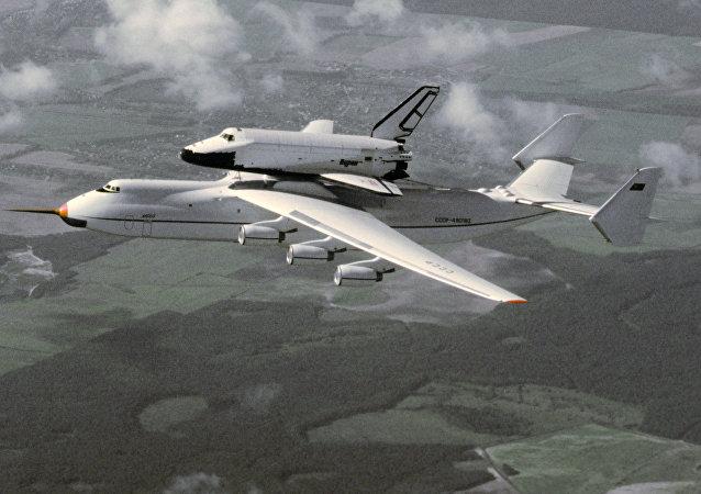 La 'joya' de la empresa Antónov: el enorme An-225 Mriya, diseñado para transportar la nave espacial Burán