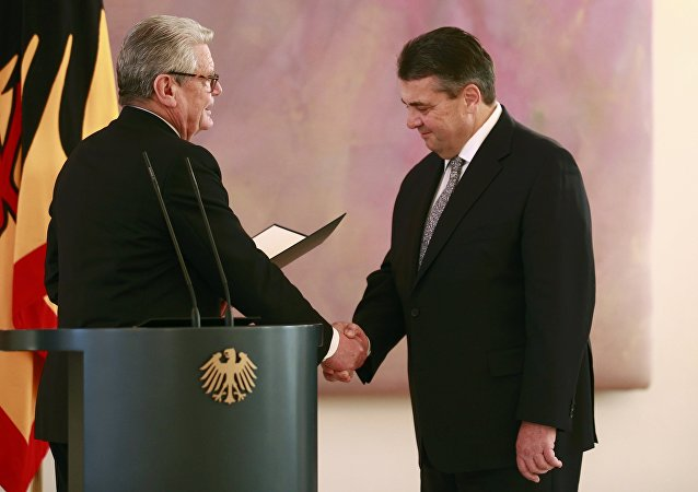 Sigmar Gabriel (dcha) junto con el presidente de Alemania, Joachim Gauck