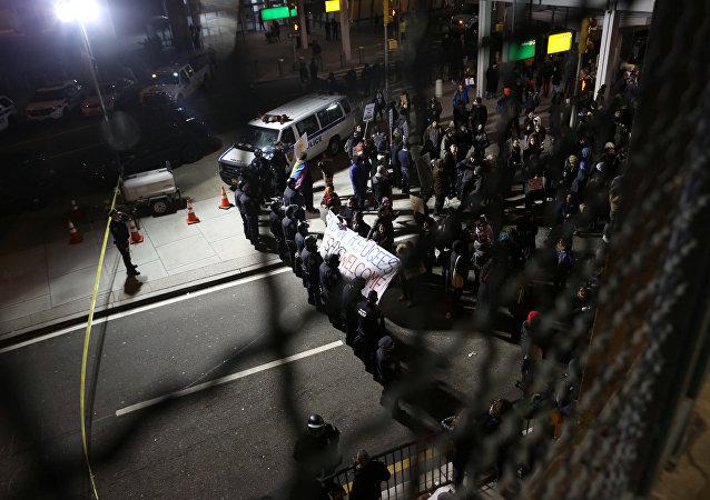 Estadounidenses protestan contra el decreto de Trump sobre los refugiados