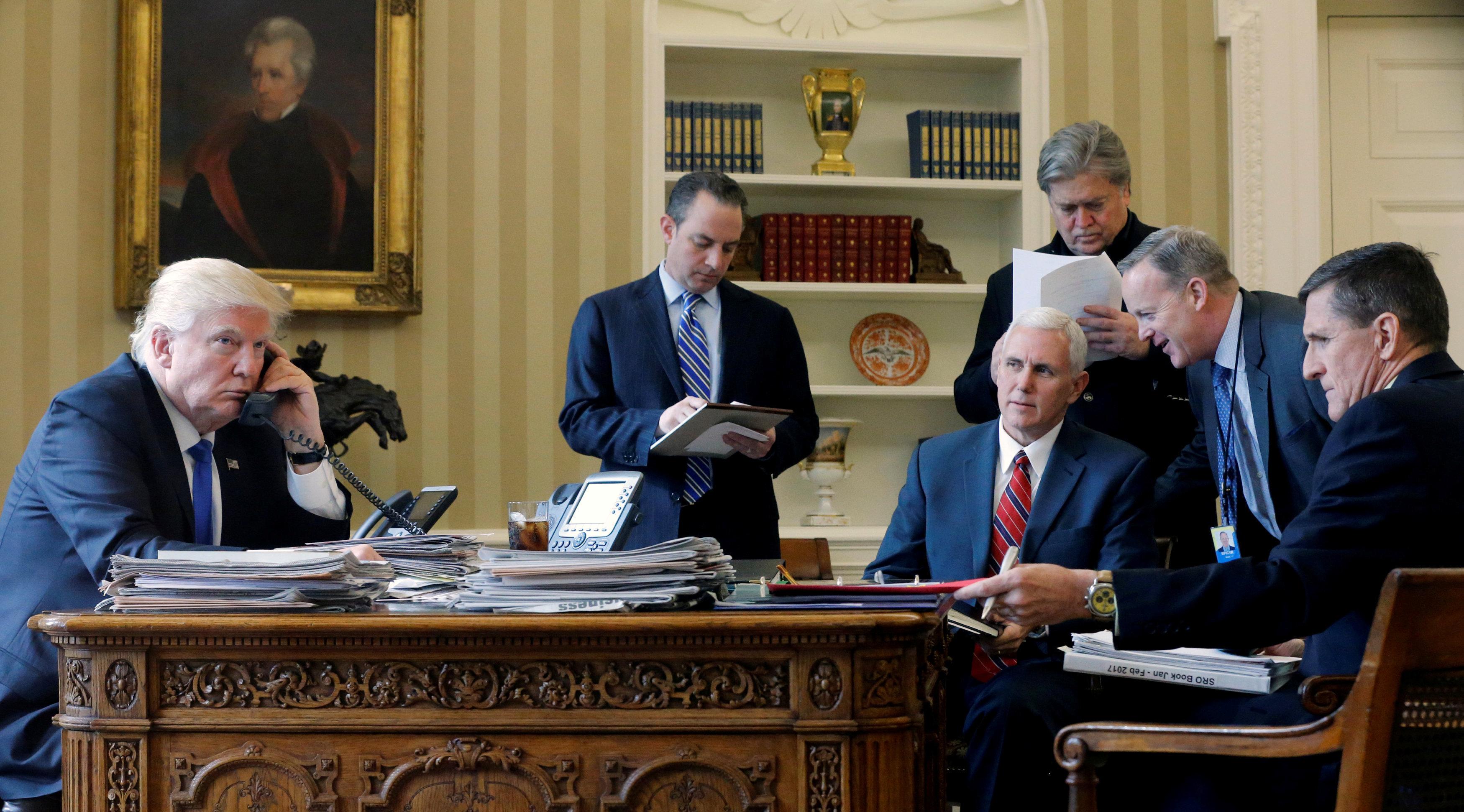 El despacho oval durante la conversación telefónica con Vladímir Putin. De izquierda a derecha: Donald Trump, presidente de EEUU; Reince Priebus, exjefe de Gabinete de la Casa Blanca; el vicepresidente Mike Pence; Steve Bannon (al fondo), estratega jefe de la Casa Blanca y consejero presidencial; Sean Spicer, exsecretario de prensa de la Casa Blanca y director de Comunicaciones de Donald Trump; Michael Flynn, exdirector del Consejo de Seguridad Nacional de EEUU.