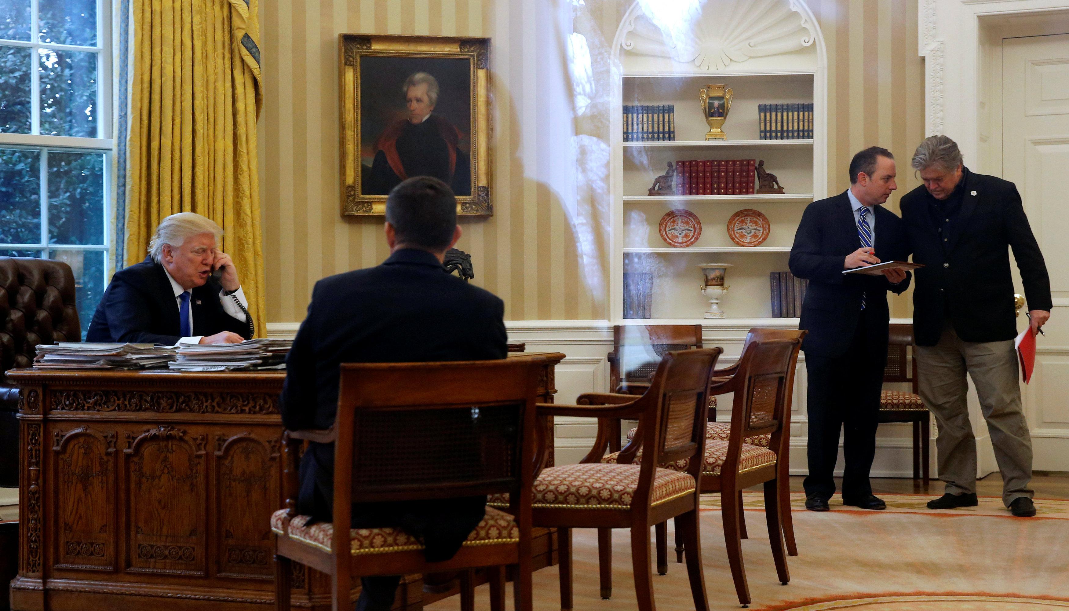 El despacho oval durante el diálogo telefónico con Angela Merkel. El único atento a la conversación es Michael Flynn, director del Consejo de Seguridad Nacional. Los demás parecen tener algo más importante que discutir, sugiere Schutz.