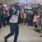 Un hombre se rompe el cuello bailando canción de Michael Jackson