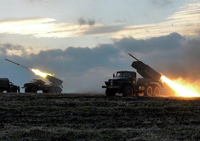 Militares ucranianos lanzan cohetes Grad (archivo)
