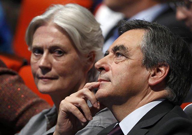 El candidato presidencial de la derecha francesa François Fillon con su esposa  Penelope Fillon