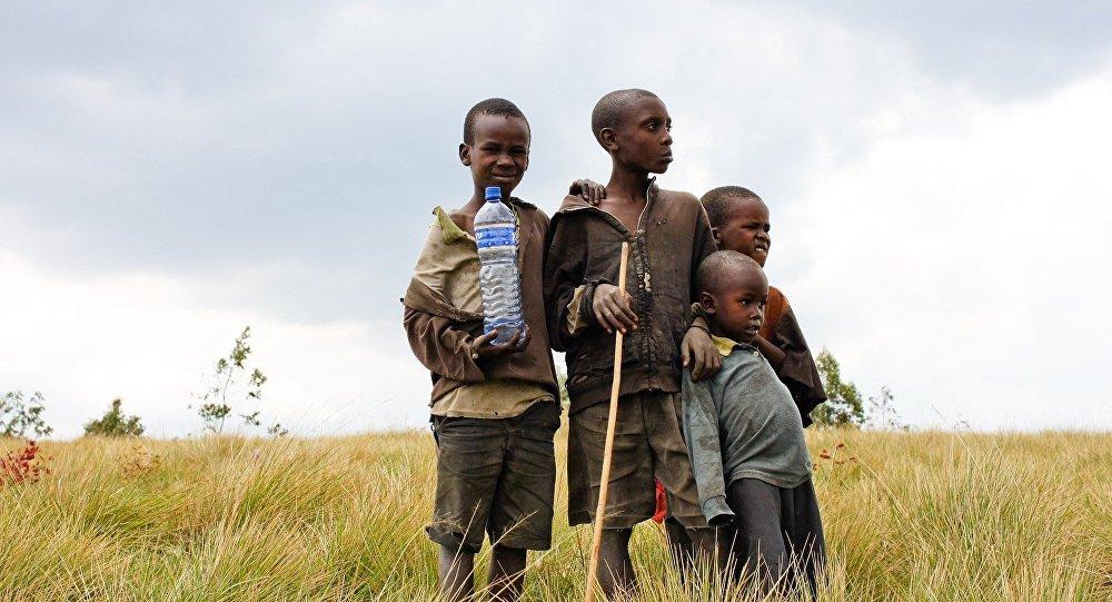Niños africanos con agua potable
