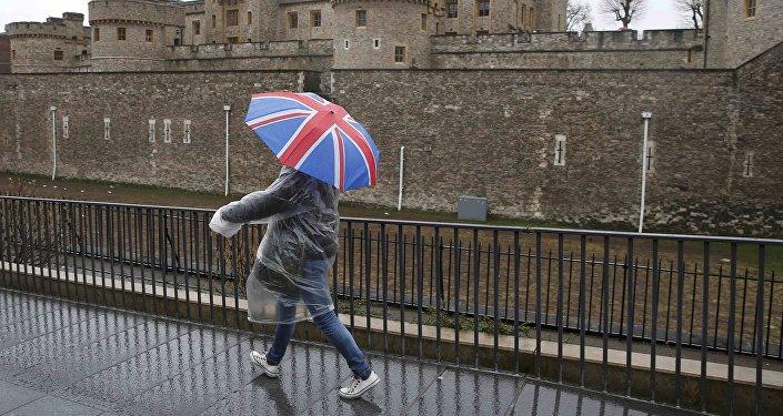 Una persona lleva un paraguas con la bandera de Reino Unido (imagen referencial)