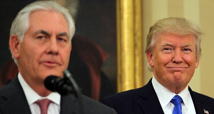 El presidente de Estados Unidos, Donald Trump, asiste a la ceremonia de toma de posesión del nuevo secretario de Estado estadounidense Rex Tillerson en la Oficina Oval de la Casa Blanca en Washington, EEUU.