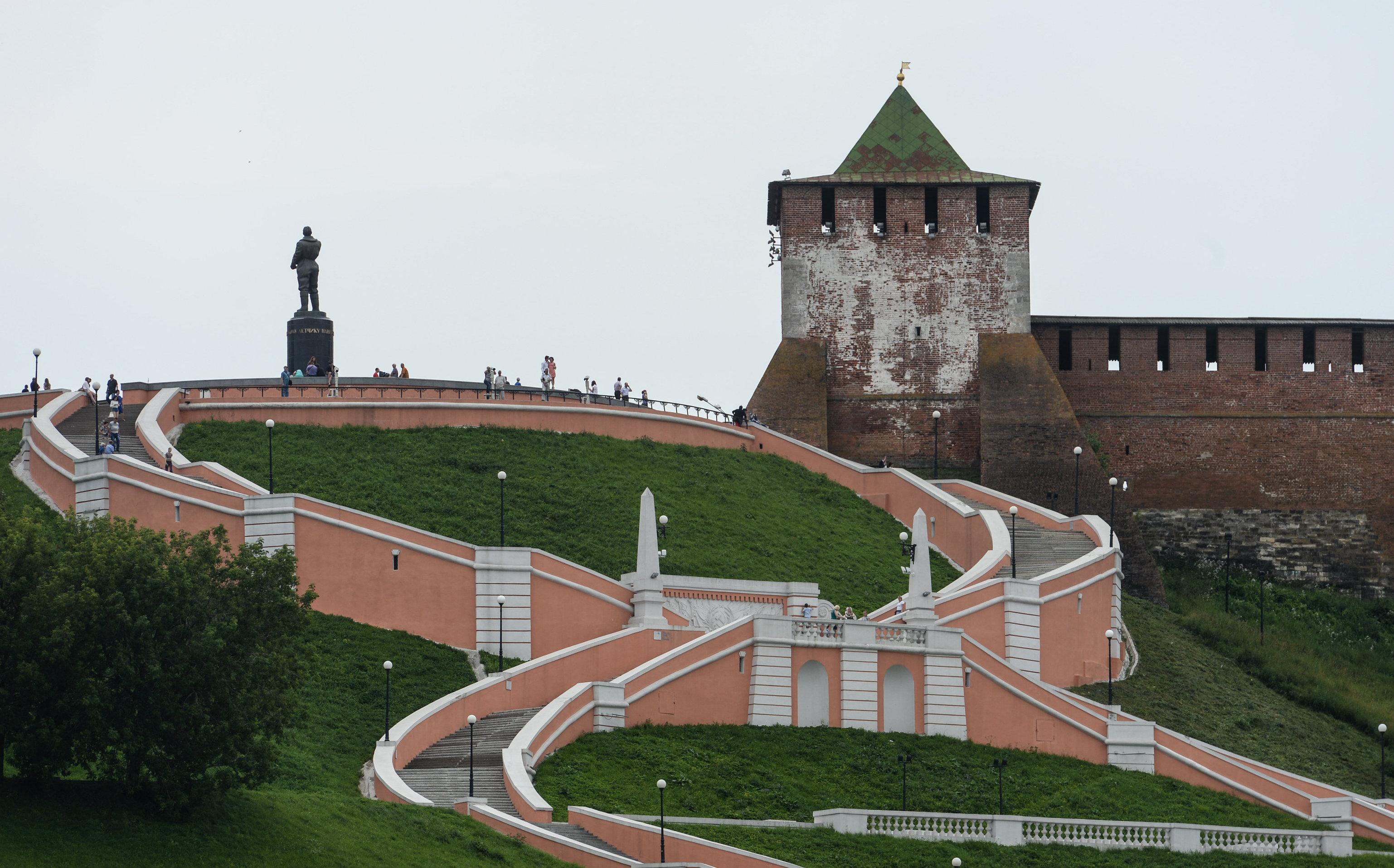 Escalinata y monumento de Chkálov en los aledaños del Kremlin de Nizhni Nóvgorod, ciudad donde se graduó como piloto.