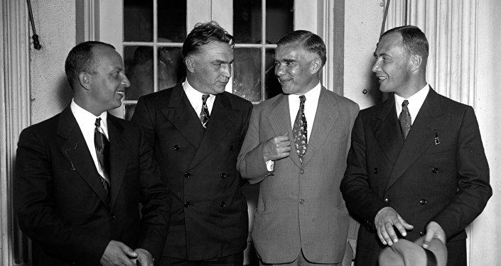 Tres aviadores soviéticos, después de ser recibidos por el presidente Roosevelt. De izquierda a derecha: Gueorgui Baidukov, Valeri Chkálov, Alexandr Troyanovski (embajador de la URSS en EEUU) y Alexandr Baliakov. 28 de junio de 1937.