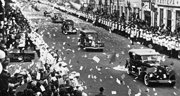 Gueorgui Baidukov, Valeri Chkálov y Alexandr Baliakov son recibidos con honores en Moscú. 27 de julio de 1937.