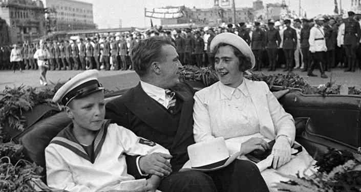 Valeri Chkálov, junto a su mujer e hijo, en el momento de ser recibido con honores en Moscú. 27 de julio de 1937.