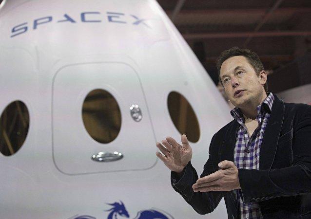 No es broma: Elon Musk excava túnel (fotos)