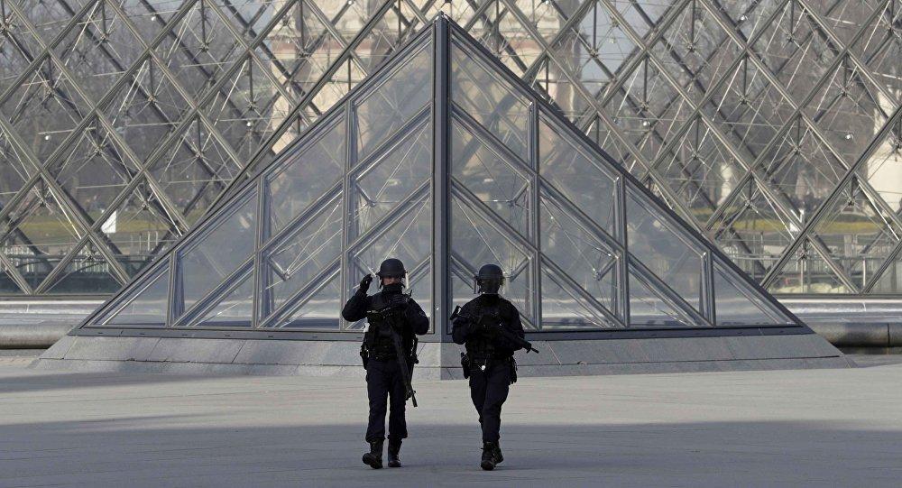 Policías franceses cerca de Louvre tras un ataque