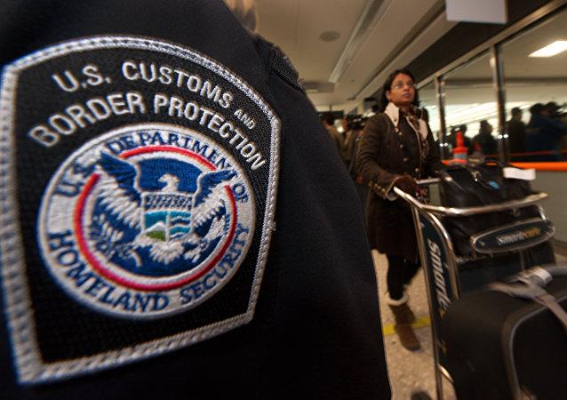 Una pasajera camina con sus valijas en un aeropuerto cerca de Washington DC.