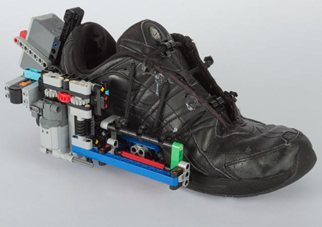 Vídeo: un hombre inventa unas zapatillas autoajustables… a base de legos