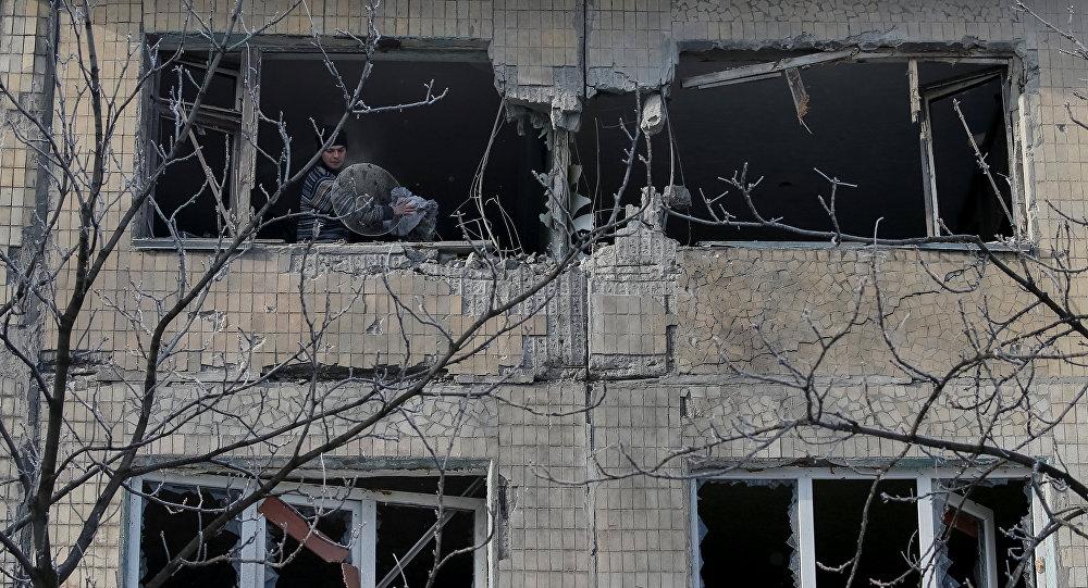 Edificio destruido por bombardeos en el este de Ucrania