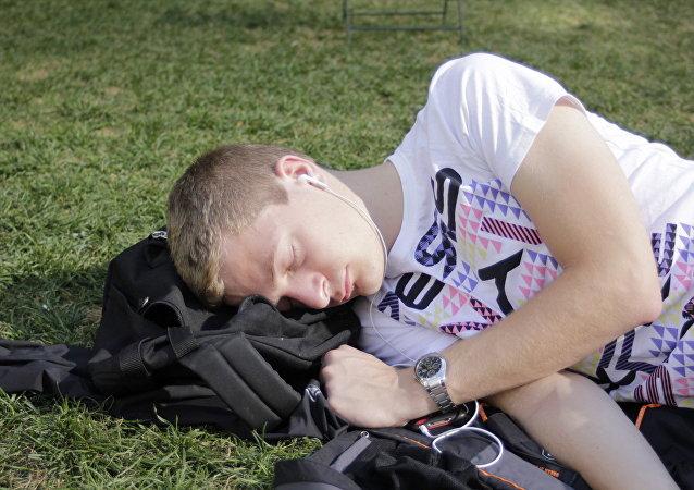Un hombre durmiendo (imagen referencial)