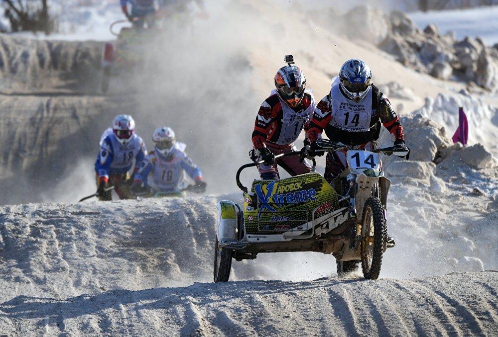 Deporte a la rusa: motocross sobre nieve