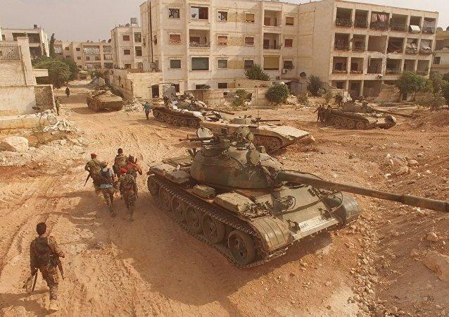 Tanques y soldados sirios en Alepo