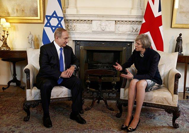 Benjamín Netanyahu, primera ministro de Israel, y su homóloga británica, Theresa May (archivo)