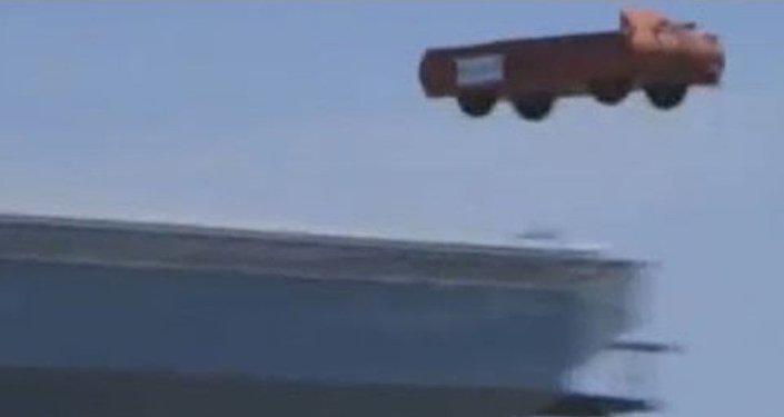 Vídeo: el nuevo portaviones de EEUU catapulta... ¿camiones al océano?