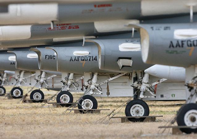 Aviones F-16 Fighting Falcons en el 309º Grupo de Mantenimiento y Recuperación Aeroespacial, Arizona, EEUU, 21 de marzo de 2015