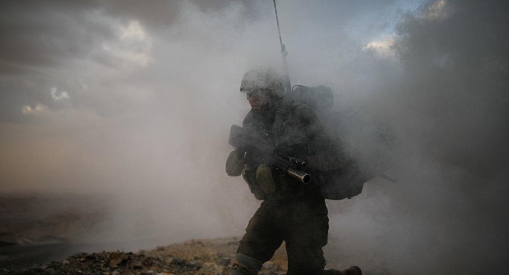 Un soldado israelí de la Brigada de Infantería Nahal atraviesa el humo