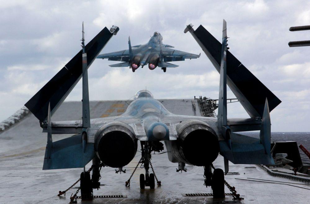 Los cazas Su-33 y MiG-29K en la cubierta del portaviones ruso Almirante Kuznetsov en el mar Mediterráneo