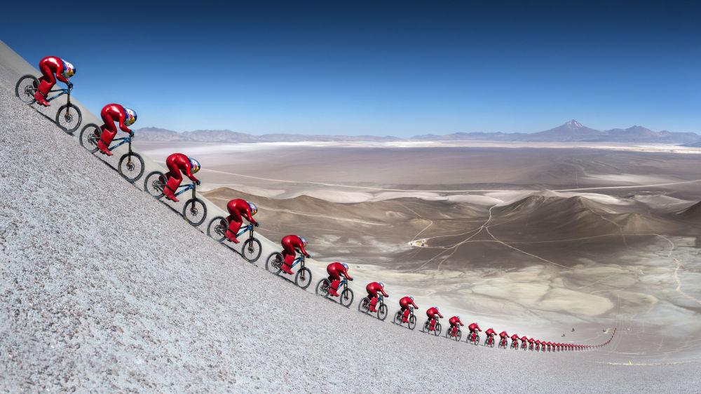 El ciclista Markus Stockl batió el record mundial de velocidad en una bici producida en serie sobre grava. Durante la carrera en el desierto de Atacama el ciclista alcanzó una velocidad de 167,6 km/h. La imagen fue conformada al compilar varias fotos