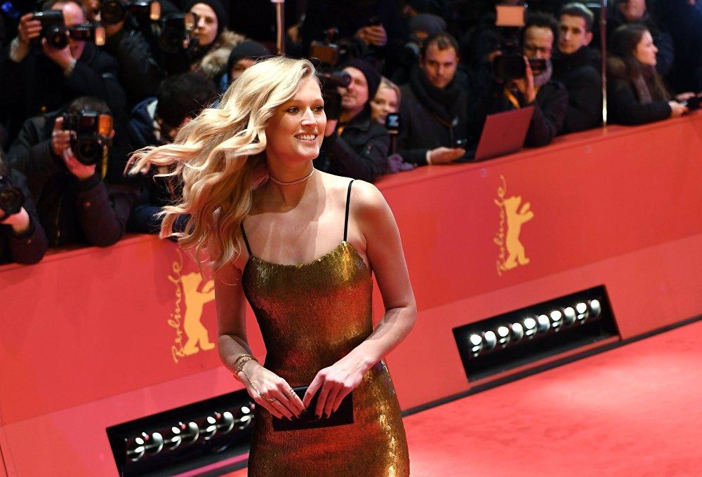 El modelo alemán Toni Garrn en la alfombra roja en la ceremonia de apertura del 67º Festival Internacional de Cine de Berlín