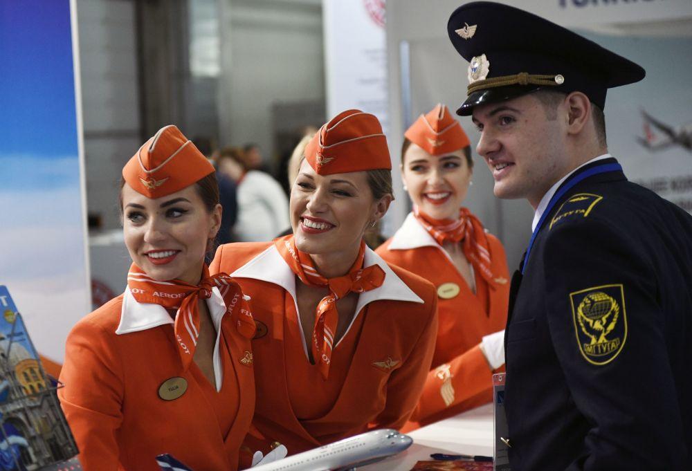 Azafatas cerca del pabellón de la aerolínea rusa Aeroflot en la exhibición nacional de infraestructura de la aviación civil NAIS-2017 en Moscú