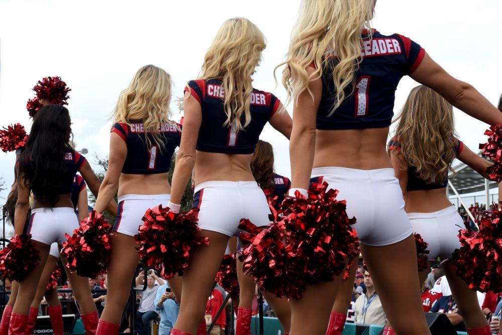 Porristas de Houston Texans se presentan ante los hinchas durante el partido entre New England Patriots y Atlanta Falcons en Houston