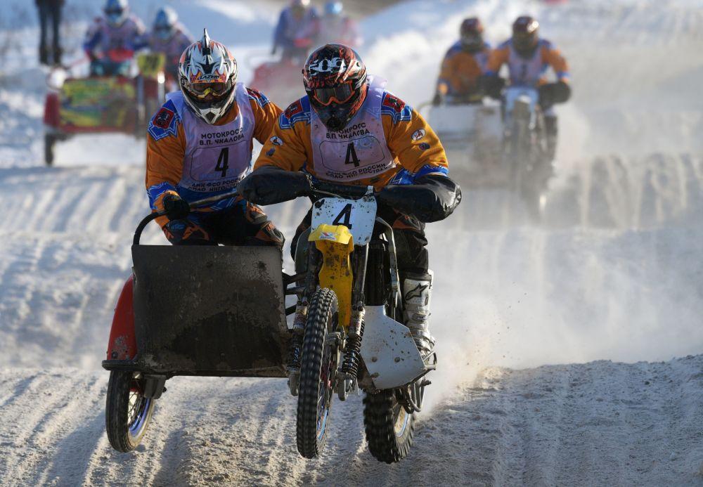 Vadim Strugachov y Alexander Frolov participan en la Competición de motocross de Rusia