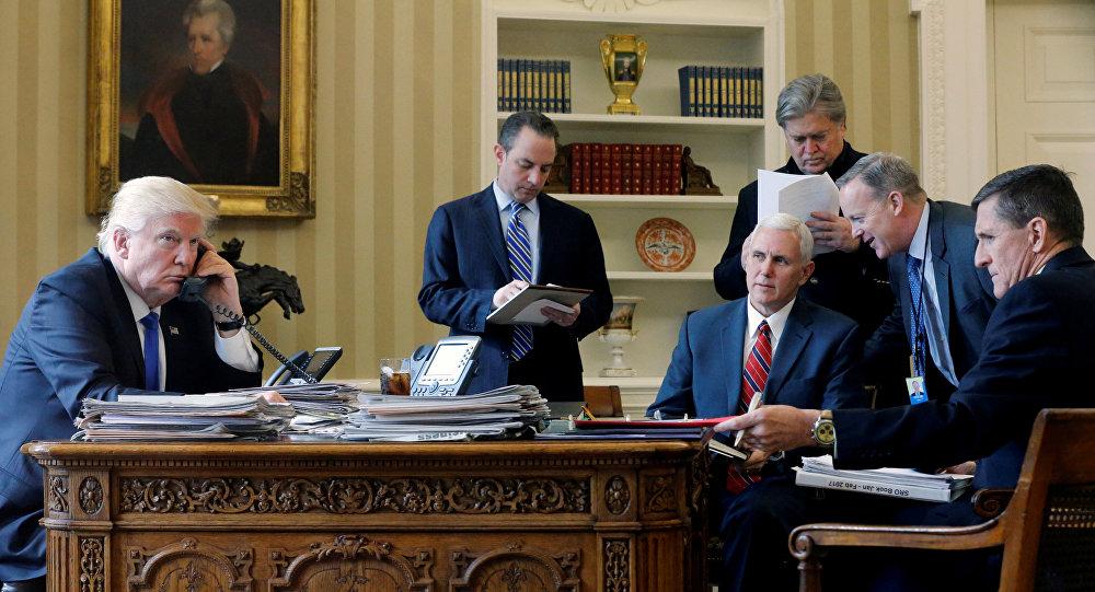 Donald Trump, presidente de EEUU, durante una conversación telefónica con Vladímir Putin (archivp)