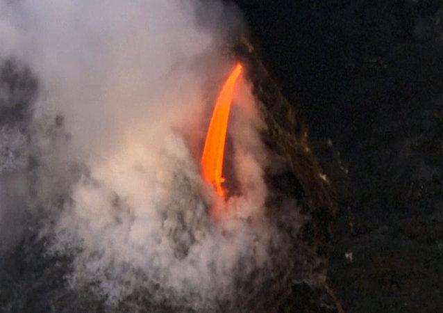 Impactantes imágenes: el volcán Kilauea lanza ríos de lava en el Pacífico