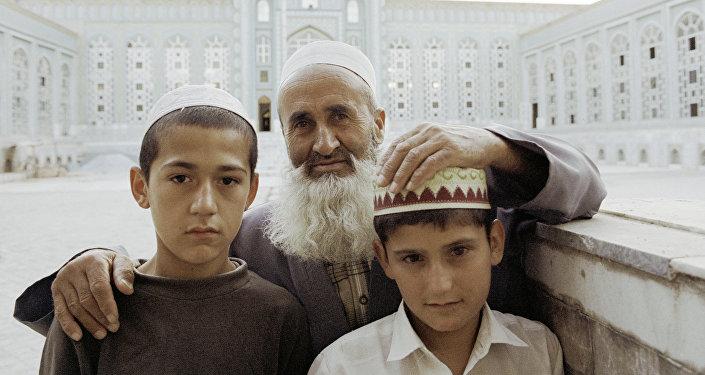 Un abuelo y sus nietos en Tayikistán